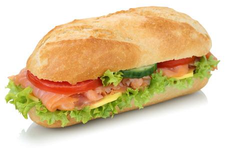 bocadillo: Sub baguette sándwich con salmón pescado, queso, tomate y lechuga aislados en un fondo blanco