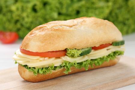 italienisches essen: Sub Deli Sandwich Baguette mit Käse, Tomaten und Salat Lizenzfreie Bilder