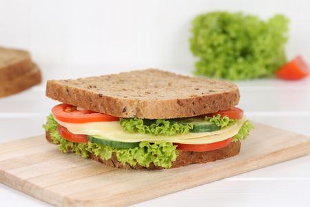 Sandwich au pain grillé pour le petit-déjeuner au fromage, aux tomates, à la laitue Banque d'images - 50250055