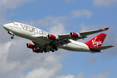 boeing 747: Londra Heathrow, Regno Unito - 28 agosto 2015: A Virgin Atlantic Boeing 747-400 con la registrazione G-VBIG decollo dall'aeroporto di Heathrow di Londra (LHR) nel Regno Unito. Virgin Atlantic Airways è una compagnia aerea britannica con base a Londra Heathr
