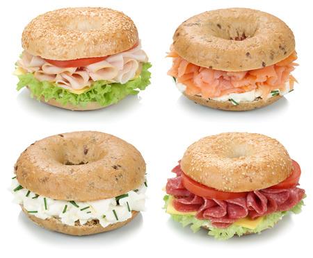 queso fresco blanco: Colección de bagels con queso crema, salmón, salami, tomate y jamón para el desayuno aislado en un fondo blanco