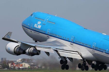 boeing 747: Amsterdam, Paesi Bassi - 21 aprile 2015: Un KLM Royal Dutch Airlines Boeing 747-400 con la registrazione PH-BFS decollare da Amsterdam Schiphol (AMS) nei Paesi Bassi. KLM è la più grande compagnia aerea dei Paesi Bassi con il suo hub di Amsterdam ai