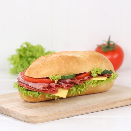 jamon: comer sub baguette deli s�ndwich saludable con salami jam�n, queso, tomate y lechuga para el desayuno Foto de archivo