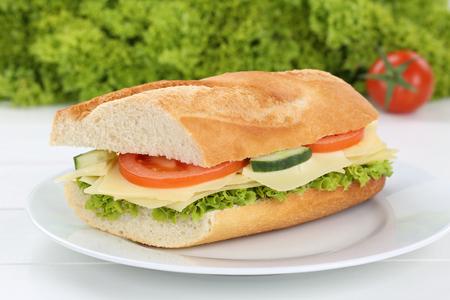 italienisches essen: Sub-Sandwich Baguette auf dem Teller mit Käse, Tomaten und Salat zum Frühstück