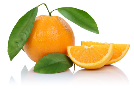 naranja: Naranjas fruta frutas rebanadas con las hojas aisladas en un fondo blanco