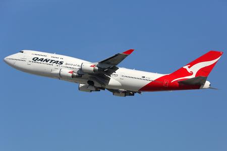 747 400: Los Angeles, USA - 20 febbraio 2016: Un Qantas Boeing 747-400 con la registrazione VH-OEE decolla da Los Angeles International Airport (LAX) negli Stati Uniti. Qantas � la compagnia aerea di bandiera di Australia con sede a Sydney.