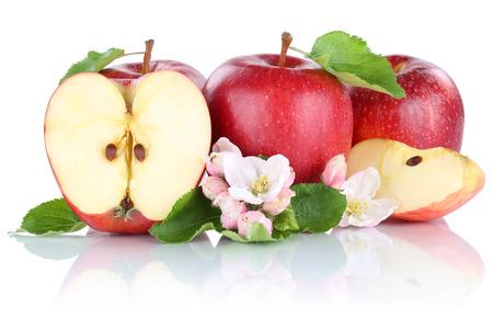 manzana roja: Manzana manzanas fruta roja rebanada medio aislado en un fondo blanco Foto de archivo