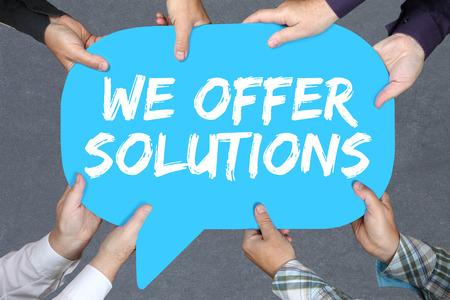 conflicto: Grupo de personas tomadas de las manos con la solución soluciones de la palabra por concepto de negocio problema ayuda éxito Foto de archivo