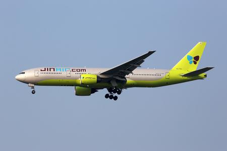 ソウル仁川国際空港 (ICN) 韓国に近づいている登録 HL7743 仁川, 韓国 - 2016 年 5 月 24 日: A ジン航空ボーイング 777-200 航空機。ジンエアーは、仁川に本