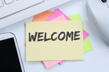 Bienvenidos los nuevos inmigrantes refugiados colega empleado de refugiados teclado de la computadora de escritorio