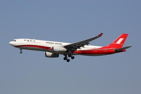 상하이, 중국 - 2016 년 5 월 16 일 : 중국 상하이 훙 차오 공항 (SHA)에 등록 B-6127로 등록 된 상하이 항공 에어 버스 A330-300. 상하이 항공은 상하이에  에디토리얼