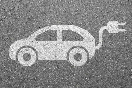 Ricarica auto traffico veicolare stazione strada strada elettrica eco-friendly trasporto mobilità Archivio Fotografico - 63729944