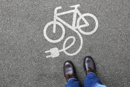 Mensen Man E-Bike E Bike eBike elektrische fiets electro fiets milieuvriendelijk vervoer Stockfoto - 63730216
