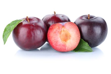 ciruela: Ciruelas ciruela rebanada azul frutas orgánicas de frutas aislado en un fondo blanco Foto de archivo