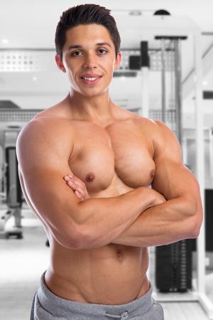 hombre fuerte: Culturista físico culturismo músculos de gimnasio estudio fuerte hombre joven muscular