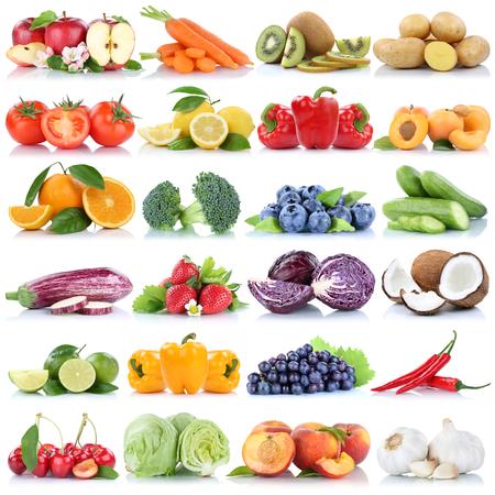 fruit orange: Colección de frutas y hortalizas aislados naranja manzana uvas pepino tomates lechuga fruta fresca sobre un fondo blanco