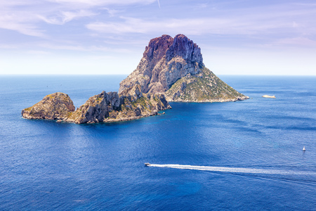 Es Vedra 岩イビサ島スペイン旅行地中海ボートの休暇旅行します。