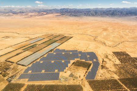 Solar panels farm energy panel Israel desert mountains from above aerial view landscape Stockfoto