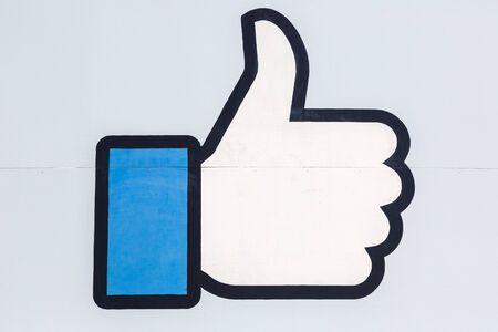 Menlo Park, Kalifornia – 10 kwietnia 2019 r.: Facebook kciuk w górę jak znak logo w siedzibie głównej w Menlo Park w Kalifornii. Publikacyjne