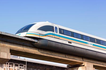 Szanghaj, Chiny – 27 września 2019 r.: pociąg z lewitacją magnetyczną Shanghai Transrapid Maglev, stacja Longyang Road w Chinach. Publikacyjne