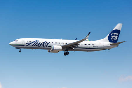 Los Angeles, California - April 12, 2019: Alaska Airlines Boeing 737-900ER airplane at Los Angeles International Airport in California. 新闻类图片
