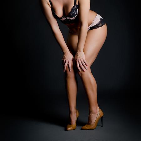 chica desnuda: detalle sensual de una carrocería de la muchacha