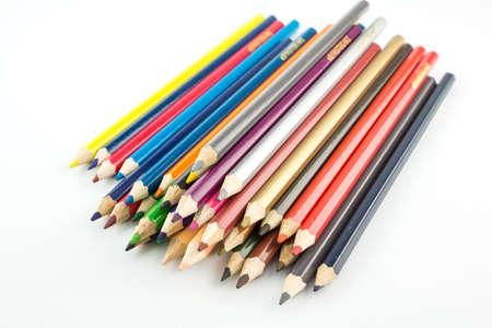 白い背景の上のスタッキング色鉛筆。
