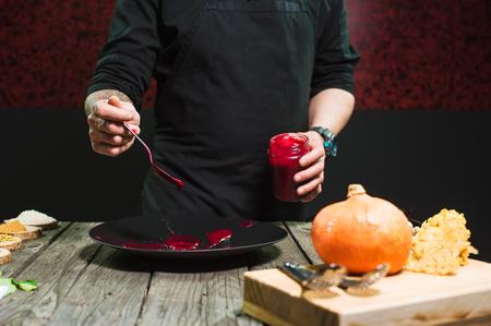 Close-up of male hands cooking modern molecular dish. Dark background. Molecular cuisine Banque d'images