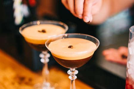 Cocktail martini coffee and coffee beans on top Zdjęcie Seryjne