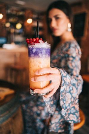spanish girl holding cocktail in hand shallow depth of field Zdjęcie Seryjne