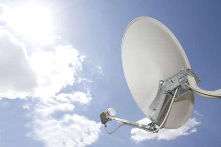 antena parabolica: Antena parab�lica en cielo azul  Foto de archivo