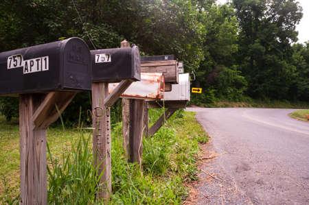 アメリカの田舎町で一意のメールボックスの行。