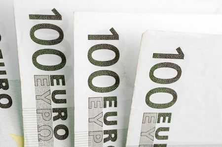 one hundred euro banknote: Una houndred bankonotes sobre fondo blanco. Foto de archivo