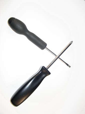 검은 색 손잡이와 교차점이있는 스크류 드라이버.