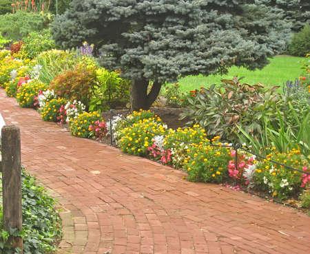 Brick Path in a Lush Garden 版權商用圖片