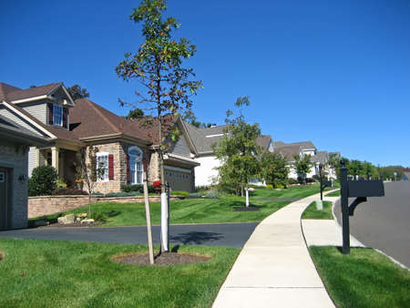 residential neighborhood: Cookie Cutter Casas en una calle suburbana.  Foto de archivo