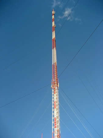 Tall ReceptionTransmitter Tower Against a Blue Sky Imagens