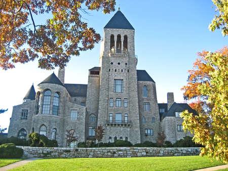Fachada de un magnífico castillo en el otoño Foto de archivo - 598295