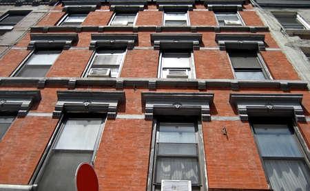 Windows and bricks on a West End Manhattan building. Imagens