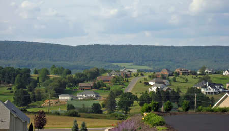Quaint, prosperous mountain town with large new homes. Imagens