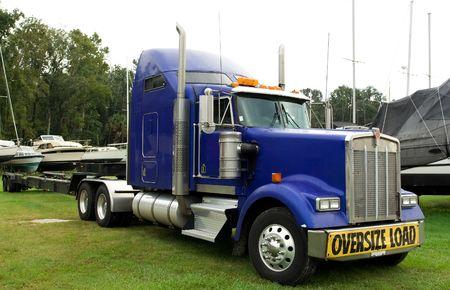 przewymiarowany: duża niebieska ciężarówka na przewymiarowany obciążenia boatyard