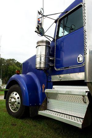 przewymiarowany: niebieska ciężarówka na przewymiarowany obciążenia boatyard Zdjęcie Seryjne