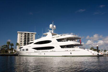 super yacht: Bianco mega yacht a fianco con dock edificio in background