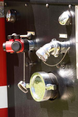guarniciones: accesorios para tuber�a de agua en cami�n de bomberos