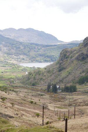telegraaf: telegraaf palen leiden omlaag de vallei tot geïsoleerd huis Stockfoto