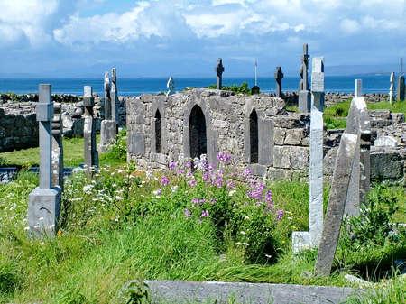 Graveyard and Crosses at Seven Churches, Inishmore Island Archivio Fotografico - 107062003