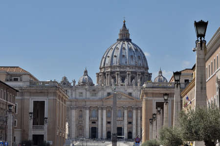 Vatican City, Rome, Italy, September 12, 201: St. Peters Basilica and the papal residence within the city of Rome, Italy. Scene shows sightseeing tourists headed to the square. 新聞圖片