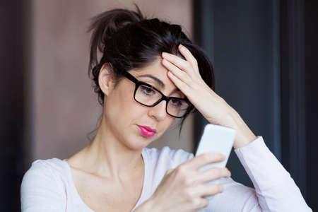 celos: Retrato de la mujer joven molesto triste, que recibe malas SMS