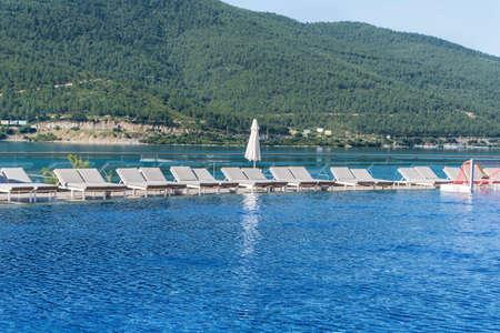 Luxury Pool above the Sea with Mountain View Zdjęcie Seryjne