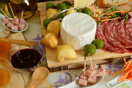 charcutería: queso, fruta y salami